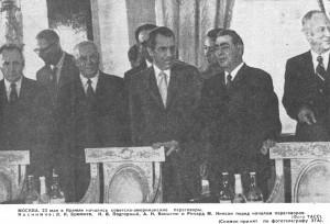 МОСКВА. 23 мая в Кремле начались советско-американские переговоры. На снимке: Л.И. Брежнев, И.В. Подгорный, А.Н. Косыгин, и Ричард М. Никсон перед начало заседания. (Фото ТАСС). Снимок принят по фототелеграфу ЭТА.