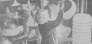 Верхний снимок сделан на участке изготовления абажуров. У экструдера Лайне Кире и Хельги Роосметс (слева) — передовые работницы участка.