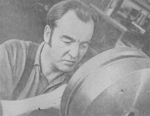 На нижнем снимке слева: один из лучших слесарей инструментального участка Уно Аванго за обработкой штампа для изготовления абажуров.