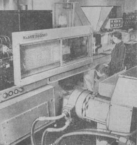 На снимке внизу справа; продукцию дает импортированный из ГДР мощный автомат для литья пластмасс под давлением. С момента его установки лицевая панель выключателя изготовляется в 1,8 раза быстрее, чем прежде.