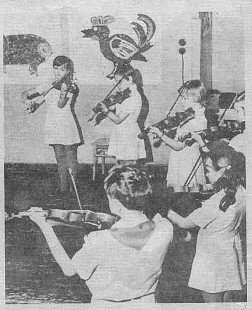 На снимке: ансамбль скрипачей подготовительного хора «Эллерхейн» на репетиции.