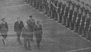 Встреча на Внуковском аэродроме. Председатель Президиума Верховного Совета СССР Н. В. Подгорный, и Ричард Миллауз Никсон обходят строй почетного караула.  Фото В. .МУСАЭЛЬЯНА и А. СТУЯШНА. (ТАСС).
