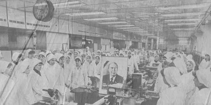 На снимке: минута молчания на электротехническом заводе им. X. Пегельмана.  Фото П. Кузнецова. (ЭТА).