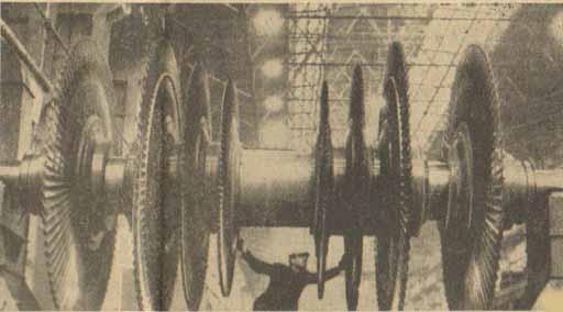 На снимке: стропальщик Н. Н. Васильев готовит к транспортировке ротор паровой турбины. Фото П. Федотова. (Фотохроника ТАСС)