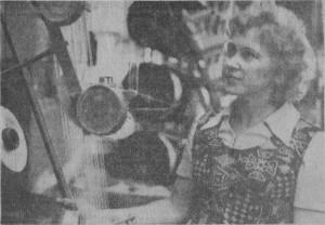 После окончания техникума легкой промышленности Вирве Саали стала работать на Таллинской текстильно-галантерейной фабрике. Сейчас ее в ткацком цехе называют универсальным человеком. Вирве можно застать у ткацких станков, на экспериментальном участке. Она активно участвует в выпуске новых лентоткацких изделий. За добросовестное отношение к труду и участие в общественной жизни фабрики Вирве Саали неоднократно поощрялась. На с н и м к е: диссенатор Вирве Саали. Фото Ф. Ключика.