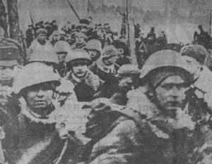 Десантники в момент посадки на корабли. Февраль 1944 года.